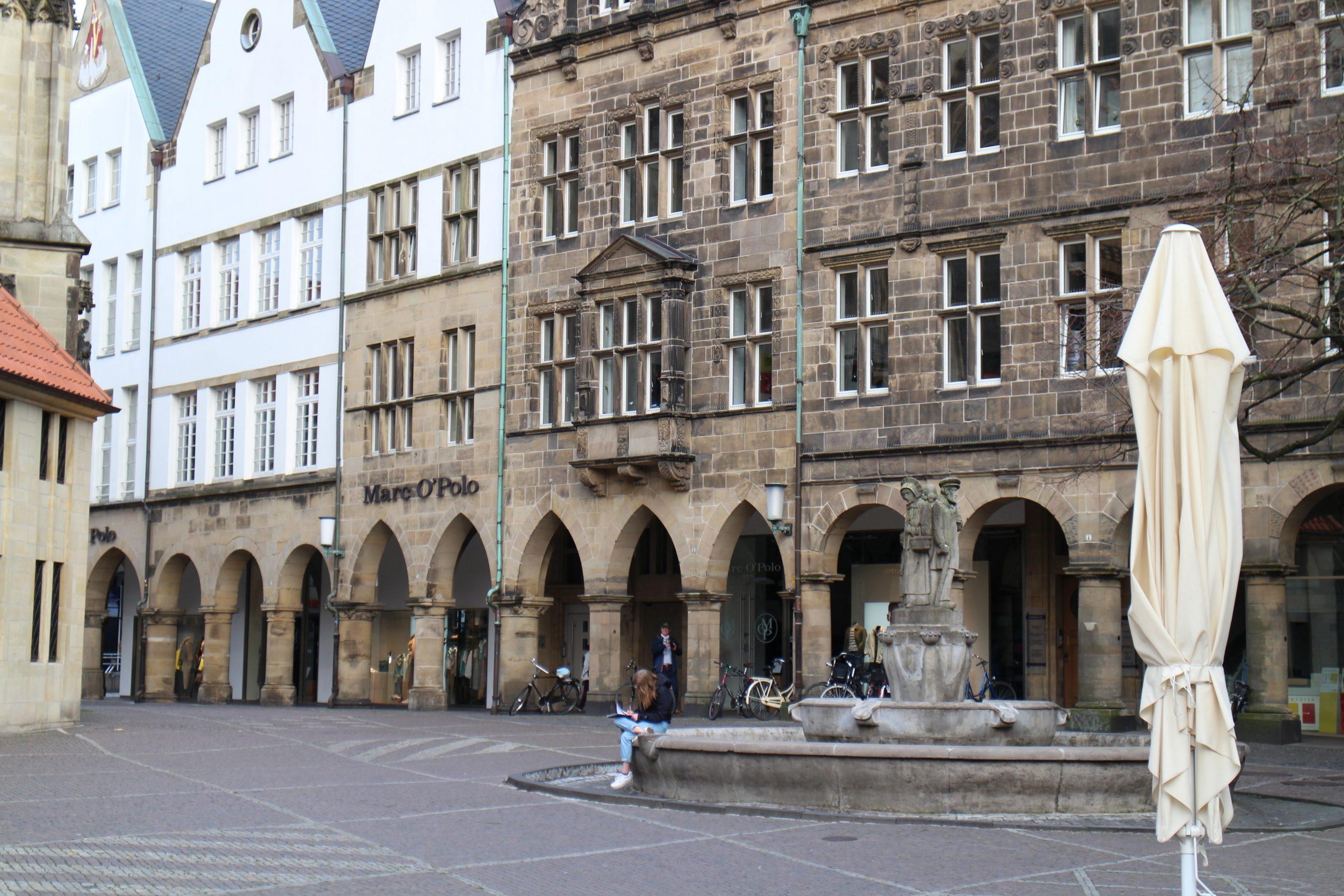 Der Brunnen an der Lambertikirche.