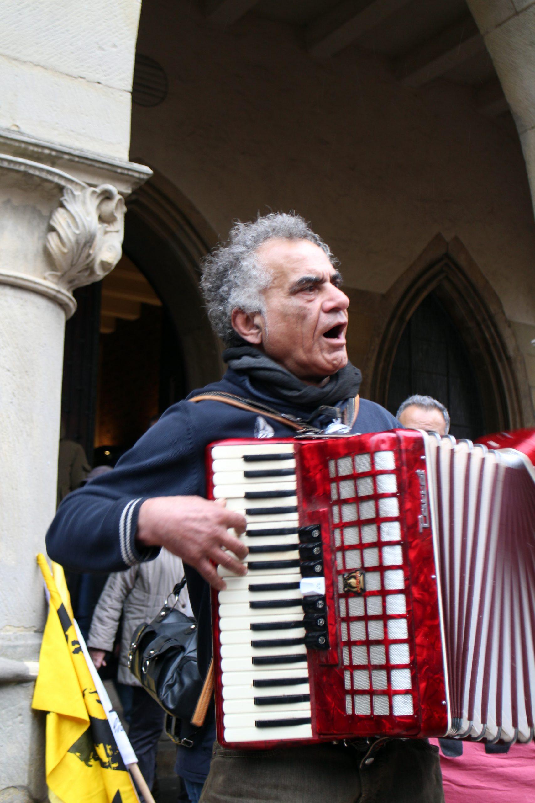 Es wird persische Musik gespielt...