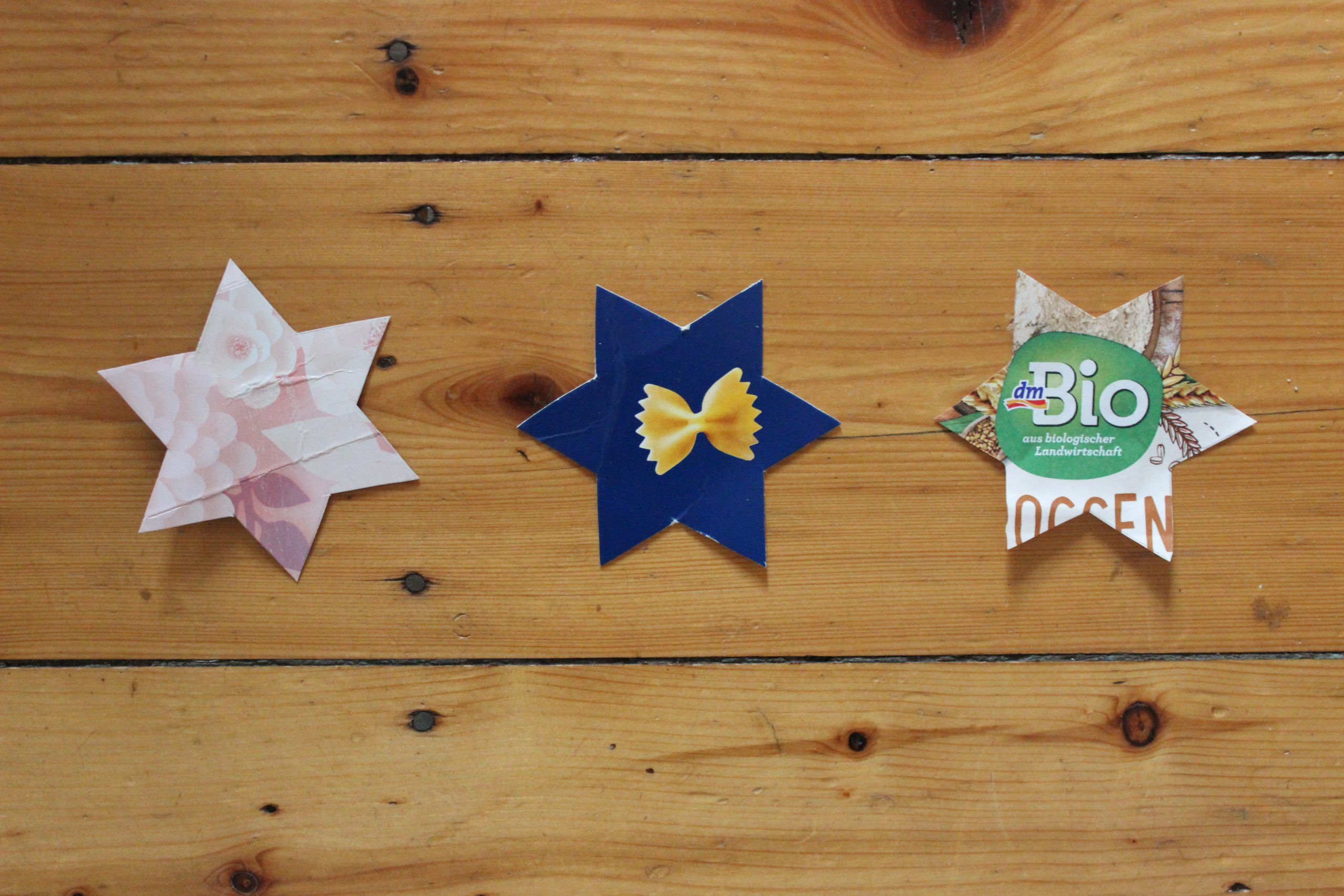 Weihnachtsbaumdekoration aus Altpapier: Sterne